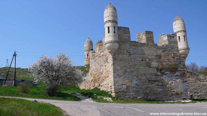 Єні-Кале - старовинна турецька фортеця, що контролювала прохід суден в Азовське море