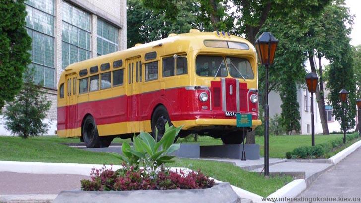Старовинний автобус у Глухові