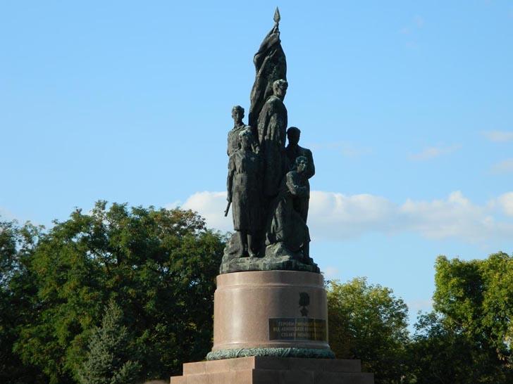 """Пам'ятник підпільникам-молодогвардційцям """"Клятва"""" у Краснодоні"""