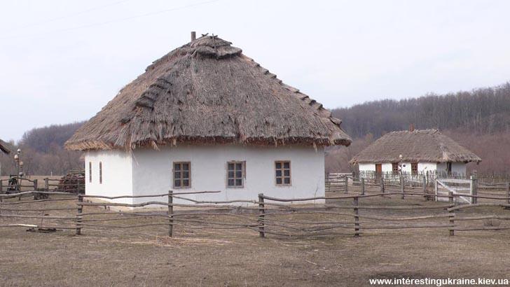 Хати-мазанки під стріхою, у яких жили козаки. Козацький хутір у с. Стецівка