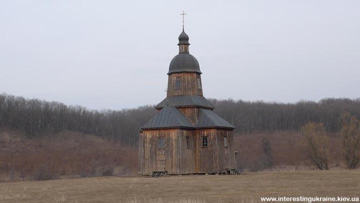 Традиційна дерев'яна козацька церква. Козацький хутір на околиці с. Стецівка