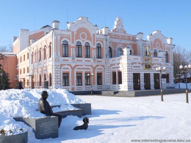 Міський театр і пам'ятник Миколі Яковченку - народному артисту України