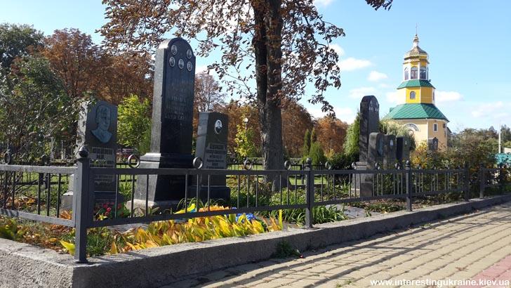 Церква і могили видатних бориспільців в Книшовому парку