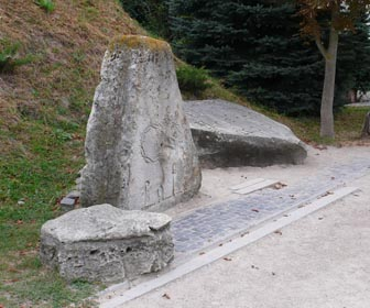 Каміння із зашифрованими написами - цікавинка Золочівського замку