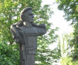 Пам'ятник поету П. Тичині у дворі садиби в с. Піски