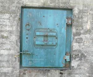 Броньований люк бункера зі слідами куль