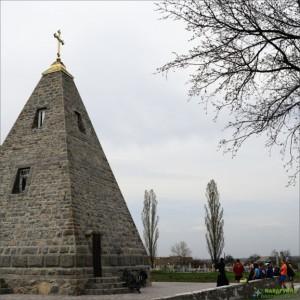 Піраміда - пам'ятка Комендантівки Полтавської області