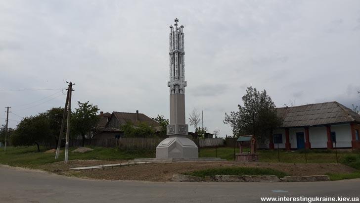 Обеліск в центрі - пам'ятка с. Орлівка Одеської області