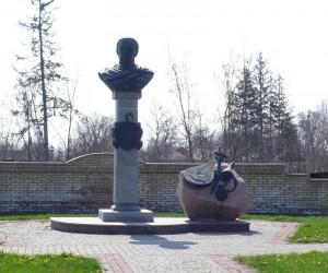 Цікаві місця Великих Сорочинців. Пам'ятник гетьману Д. Апостолу